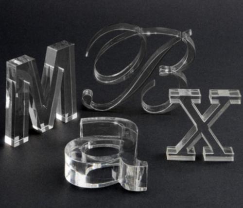 Egyedi lézervágott betűk plexiből