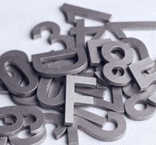 Egyedi lézervágott betűk plexiből, papírból